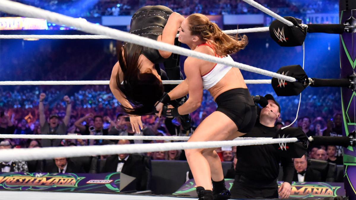 """""""Quái nữ"""" UFC Ronda Rousey ra mắt thành công ở đấu trường WWE - Ảnh 6."""