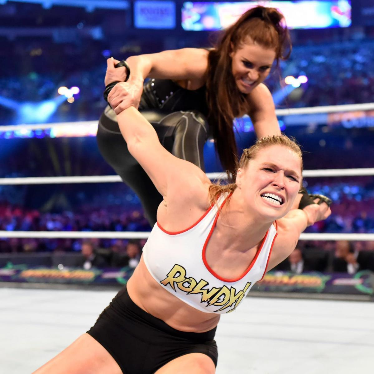 """""""Quái nữ"""" UFC Ronda Rousey ra mắt thành công ở đấu trường WWE - Ảnh 11."""
