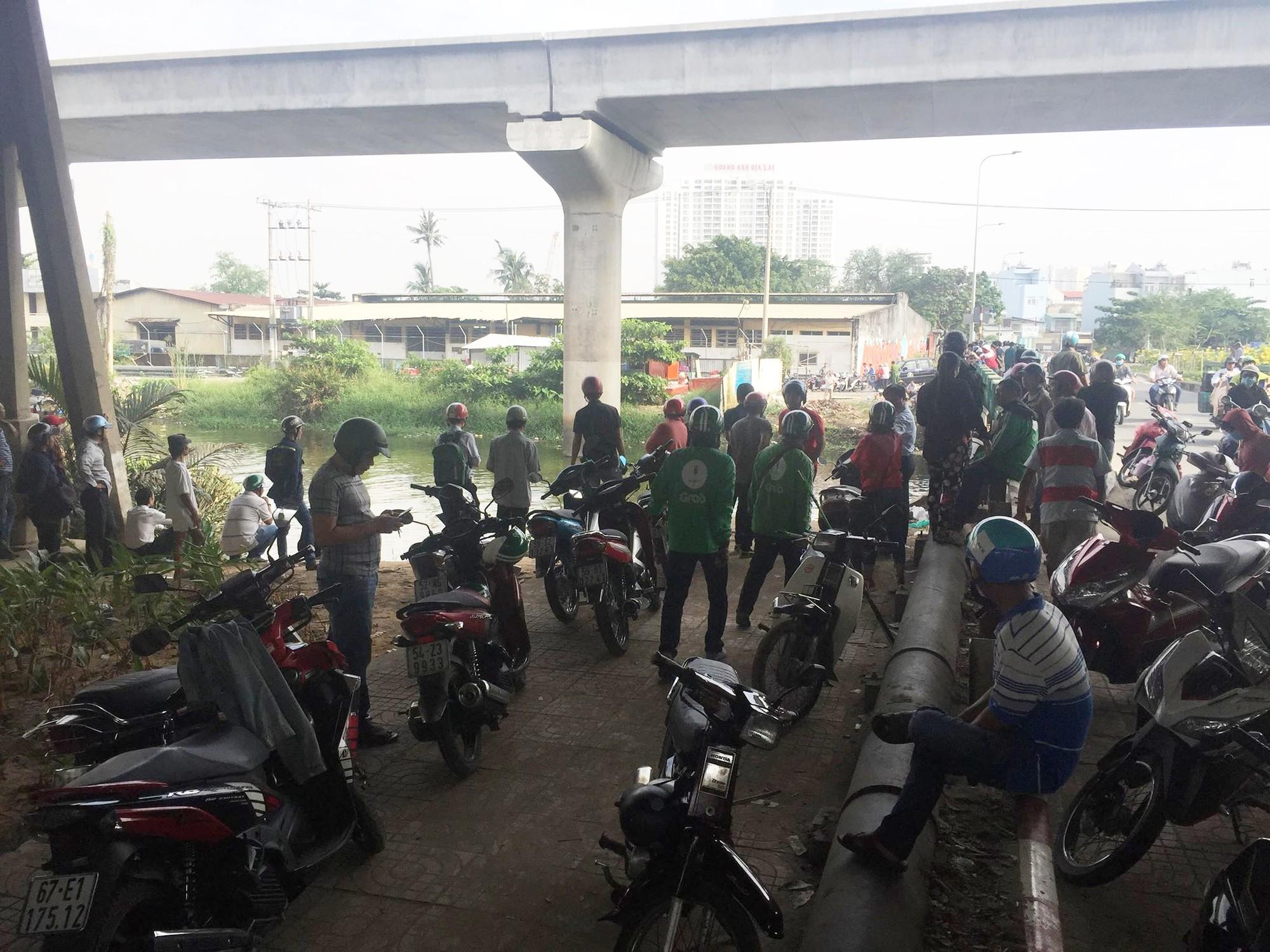 Hàng trăm người đứng xem xác chết nam thanh niên 24 tuổi, giao thông kẹt cứng trên cầu Sài Gòn - Ảnh 1.