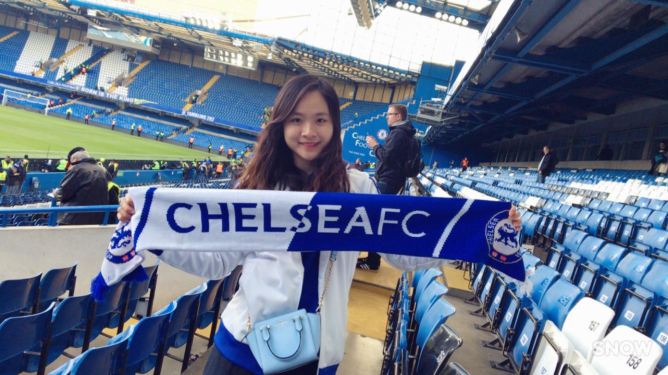 Fan nữ Việt xinh xắn dành cả thanh xuân để đi hết 14 sân vận động nổi tiếng ở châu Âu - Ảnh 2.