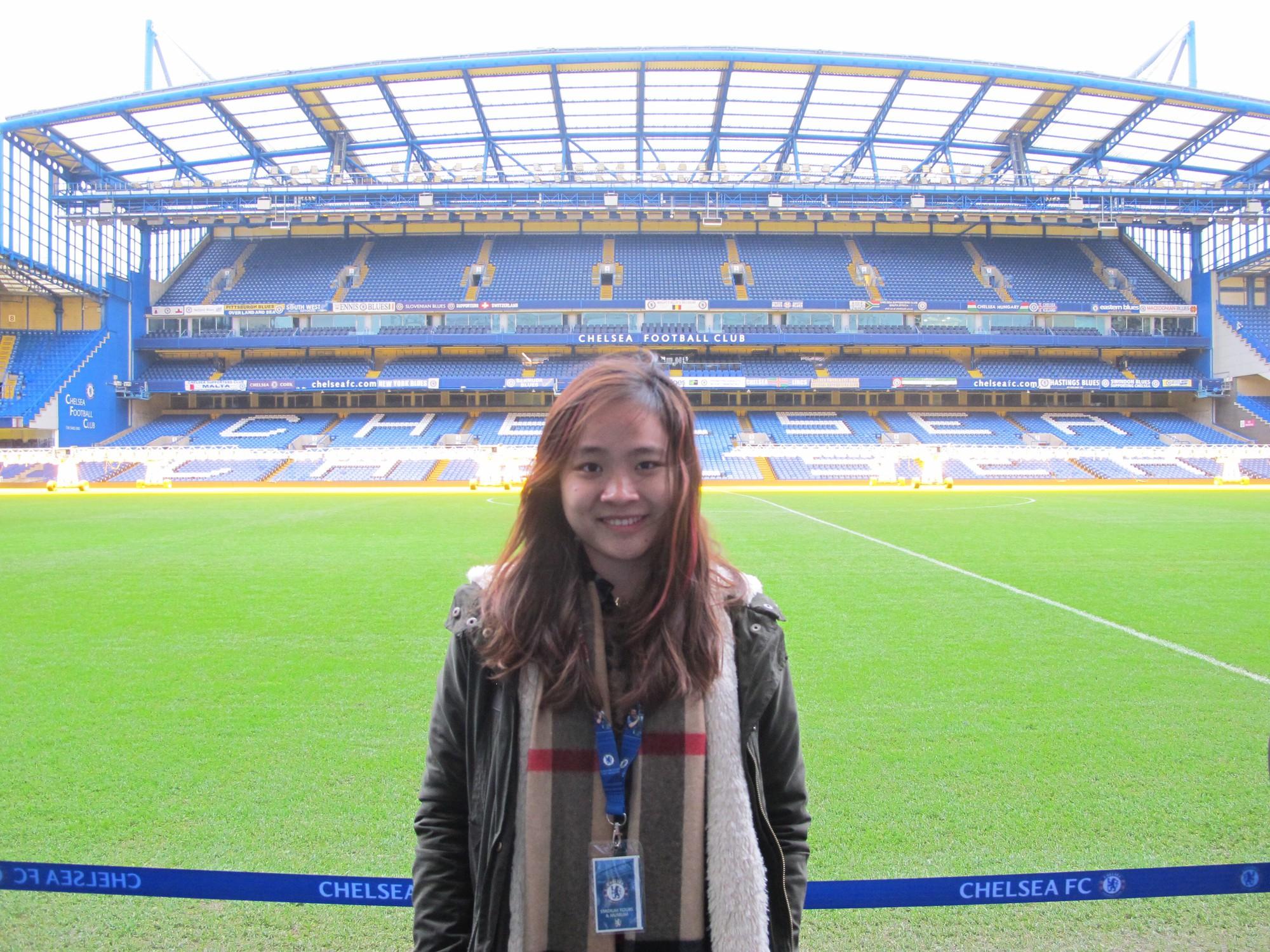 Fan nữ Việt xinh xắn dành cả thanh xuân để đi hết 14 sân vận động nổi tiếng ở châu Âu - Ảnh 4.