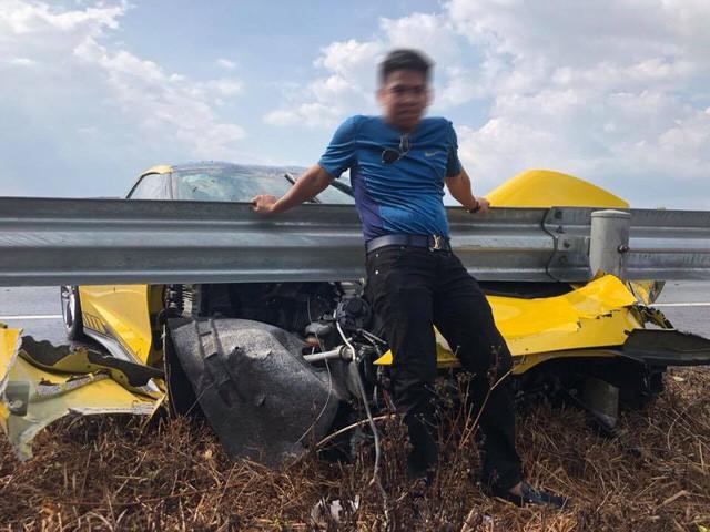 Sau tai nạn kinh hoàng, chủ xe Chevrolet Corvette chụp hình đăng Facebook: Chúc mọi người mua được siêu xe để đi an toàn - Ảnh 2.