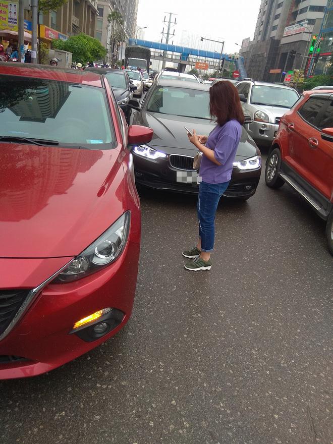 Hà Nội: Xe sang BMW va chạm trên phố, 2 tài xế chỉ khẽ cười duyên rồi đường ai nấy chạy