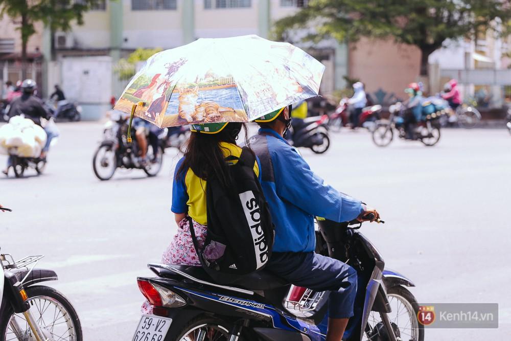 Chùm ảnh: Sài Gòn bước vào đợt nắng nóng đổ lửa, những ninja xuống phố - Ảnh 4.