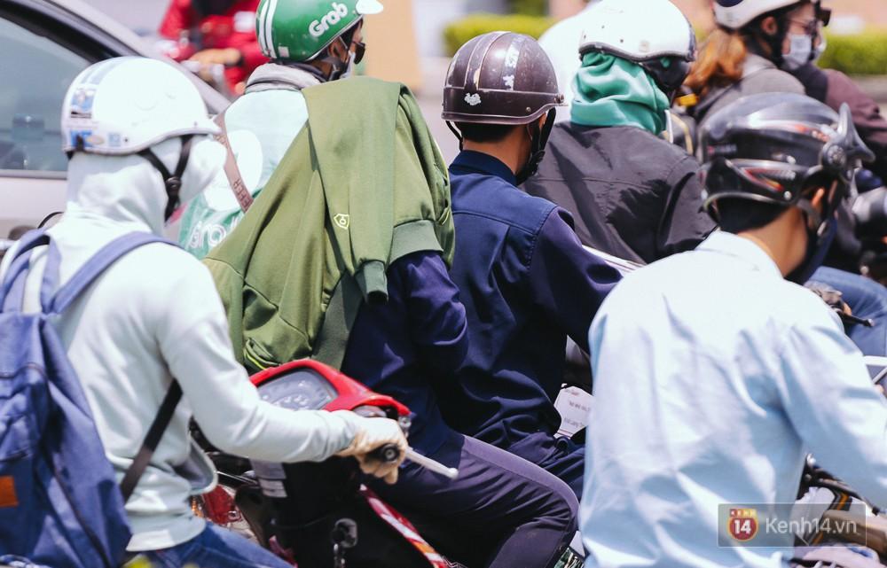 Chùm ảnh: Sài Gòn bước vào đợt nắng nóng đổ lửa, những ninja xuống phố - Ảnh 7.