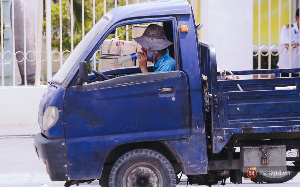 Chùm ảnh: Sài Gòn bước vào đợt nắng nóng đổ lửa, những ninja xuống phố - Ảnh 12.