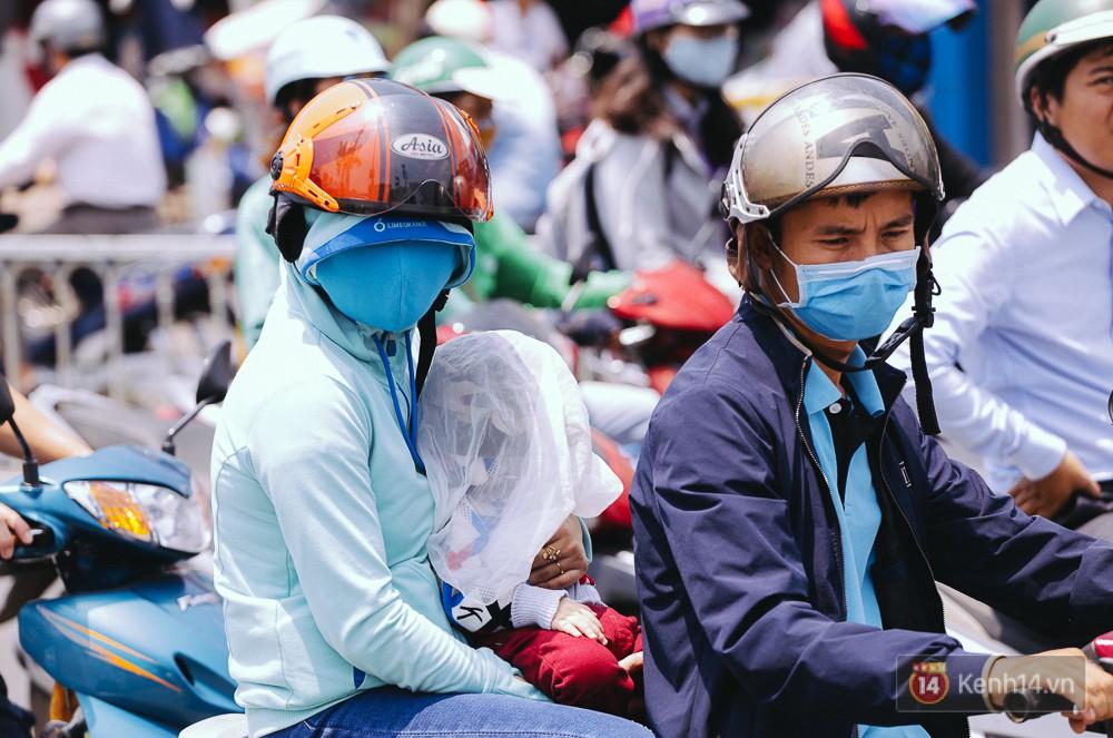 Chùm ảnh: Sài Gòn bước vào đợt nắng nóng đổ lửa, những ninja xuống phố - Ảnh 9.