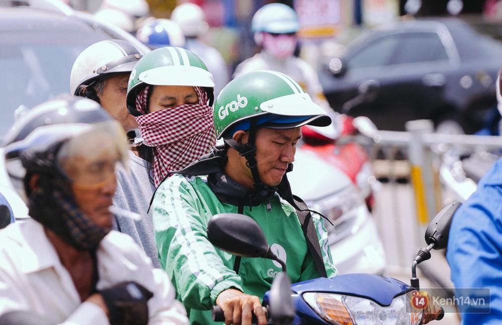 Chùm ảnh: Sài Gòn bước vào đợt nắng nóng đổ lửa, những ninja xuống phố - Ảnh 8.