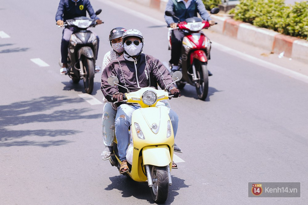 Chùm ảnh: Sài Gòn bước vào đợt nắng nóng đổ lửa, những ninja xuống phố - Ảnh 1.