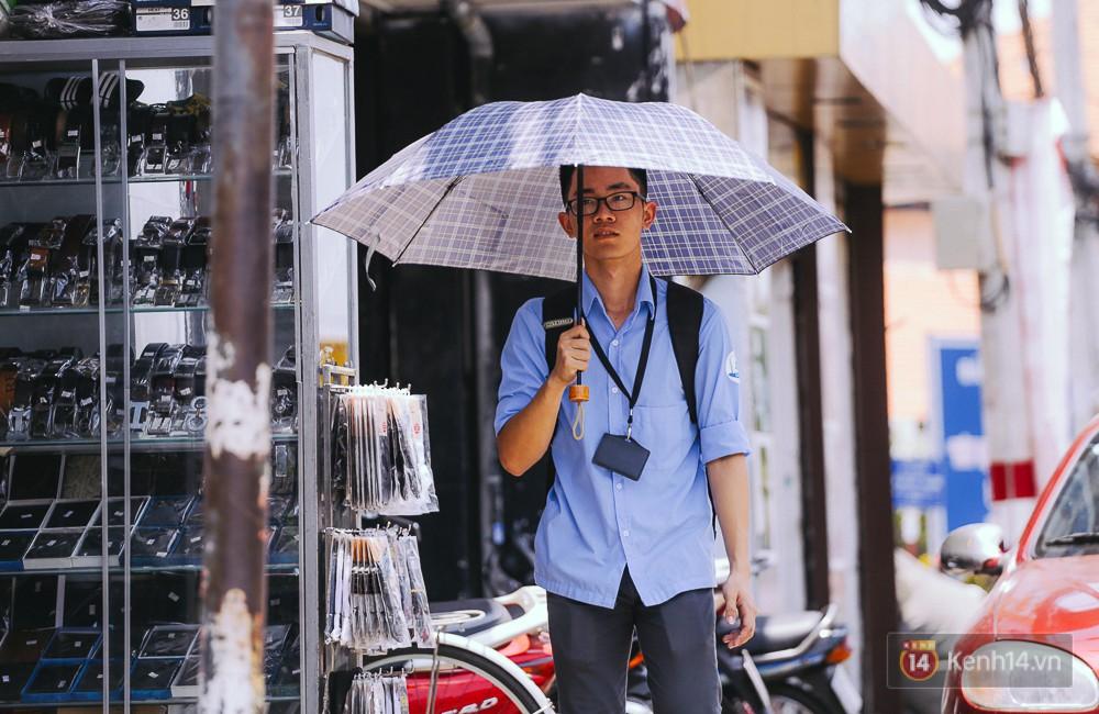 Chùm ảnh: Sài Gòn bước vào đợt nắng nóng đổ lửa, những ninja xuống phố - Ảnh 3.