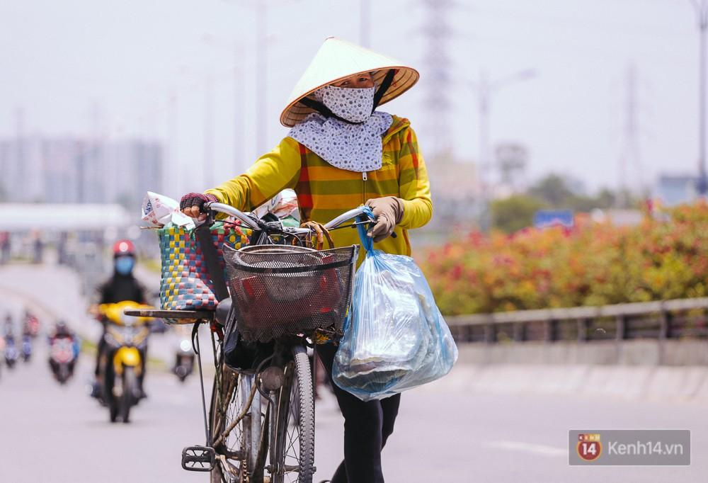 Chùm ảnh: Sài Gòn bước vào đợt nắng nóng đổ lửa, những ninja xuống phố - Ảnh 10.