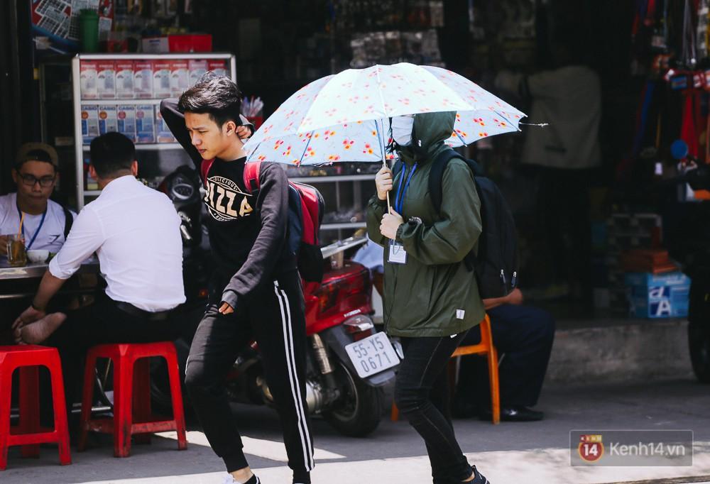 Chùm ảnh: Sài Gòn bước vào đợt nắng nóng đổ lửa, những ninja xuống phố - Ảnh 2.