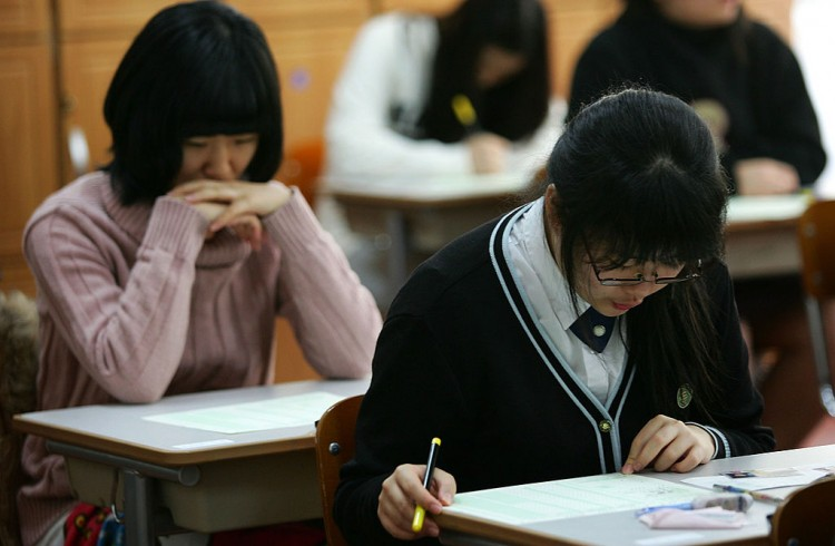 Câu chuyện về những lớp học từ sáng đến đêm ở Hàn Quốc: Khi quả ngọt của điểm số đi cùng cái giá quá đắt - Ảnh 1.