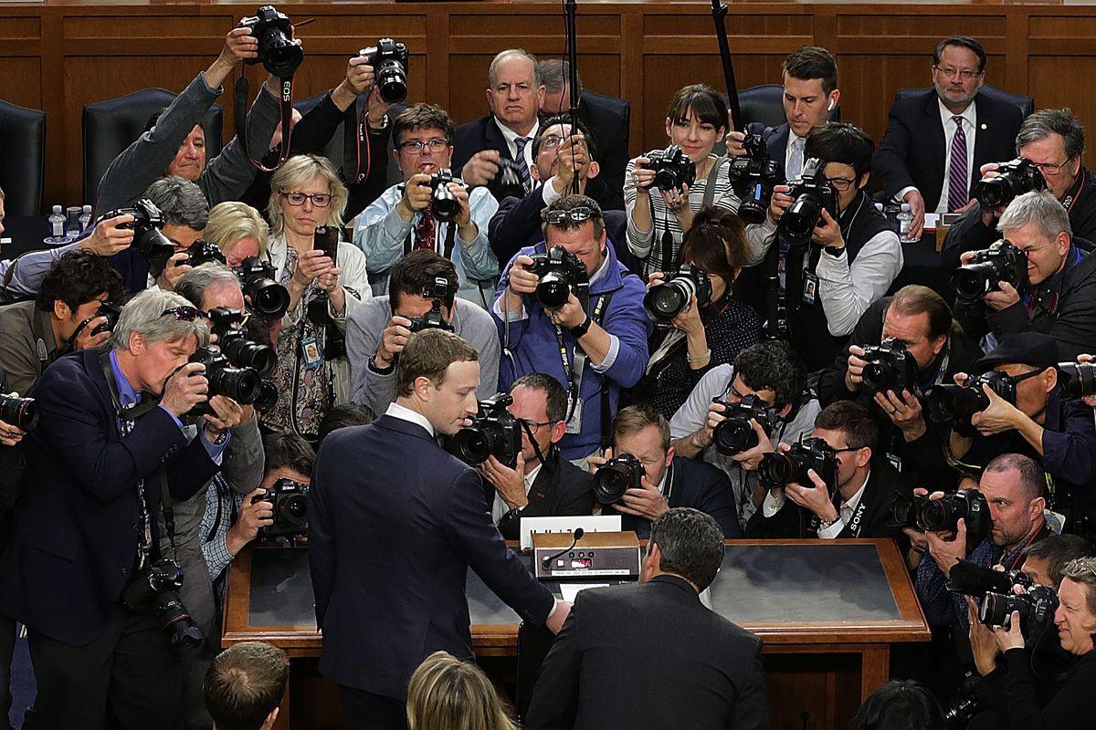 Bức ảnh Mark Zuckerberg bị kẹp chặt bởi đoàn quân camera chính là phép ẩn dụ hoàn hảo cho mặt tối của Facebook - Ảnh 1.
