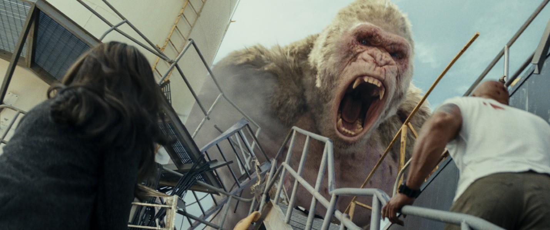 """Ngắm nhìn The Rock so cơ cùng quái thú trong bom tấn xôi thịt """"Rampage"""" - Ảnh 4."""