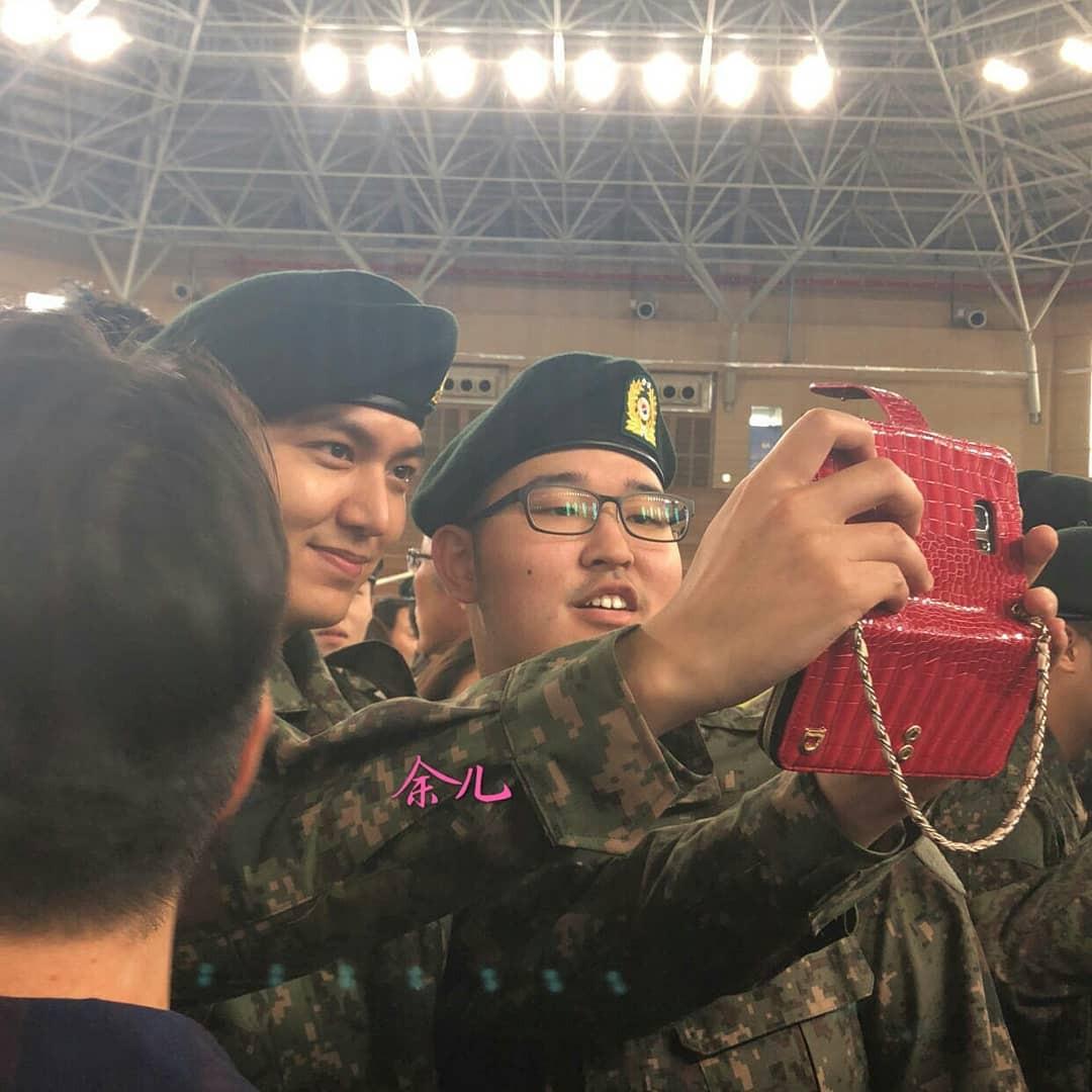 Tài tử Lee Min Ho béo phù cả mặt, ngày càng xuống sắc khi để nhan sắc mộc 100% trong quân ngũ - Ảnh 14.
