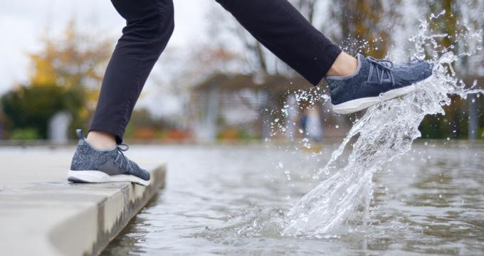 Chống nước siêu cấp lại đẹp mê ly, đây chính là đôi sneaker nhất định phải có trong những ngày ẩm ương, sáng nắng chiều mưa - Ảnh 5.