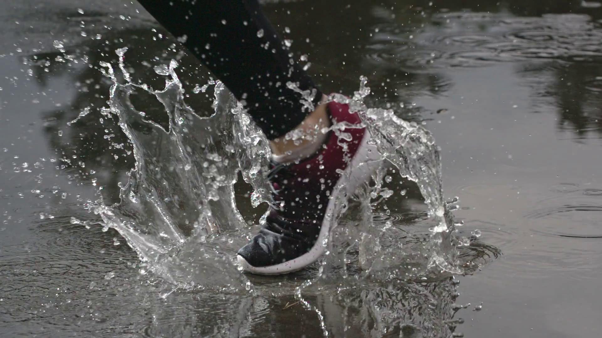 Chống nước siêu cấp lại đẹp mê ly, đây chính là đôi sneaker nhất định phải có trong những ngày ẩm ương, sáng nắng chiều mưa - Ảnh 1.