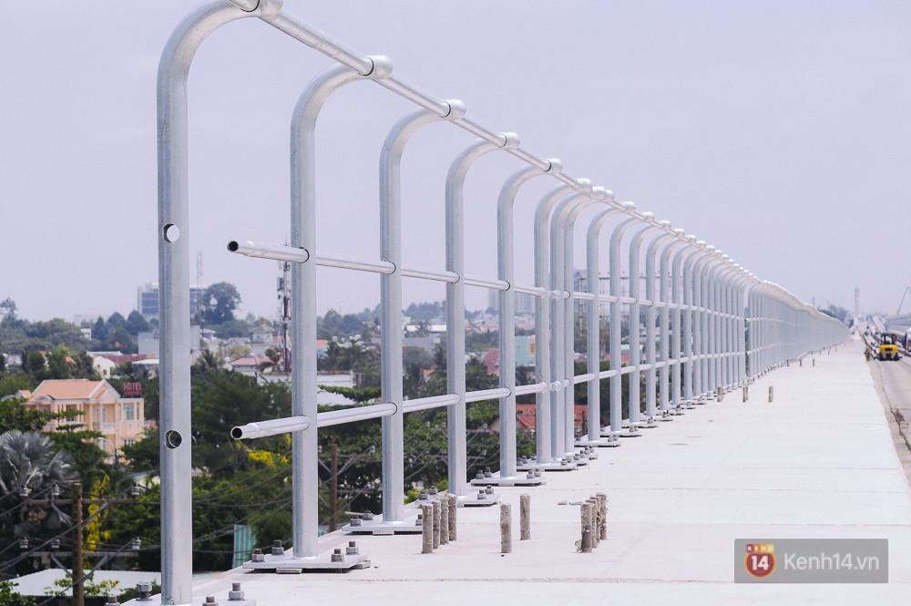 Lan can đường tàu cũng được dựng lên tại truyến Metro trên cao.