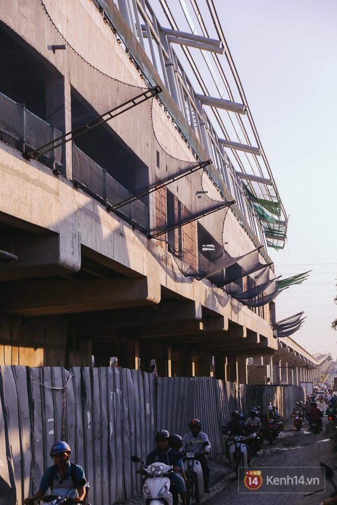 Trong quá trình lắp mái vòm, bên dưới nhà ga vẫn cho phép người dân di chuyển bình thường khi đã được lắp rào chắn.