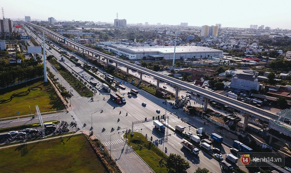 Tuyến trên đường sắt Metro số 1 phần đi trên cao thẳng tắp, chạy dọc theo Xa Lộ Hà Nội.