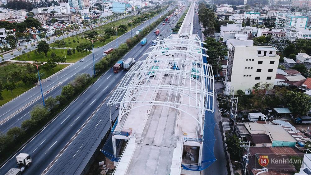 Khu vực nhà ga Bình Thái cũng đang trong quá trình lắp đường ray cho tàu.
