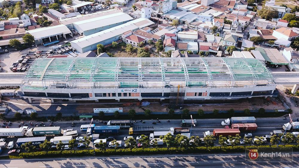 Nhà ga đang hoàn thiện phần mái, được xem là bước tiến mới trong việc thay đổi diện mạo của toàn tuyến.