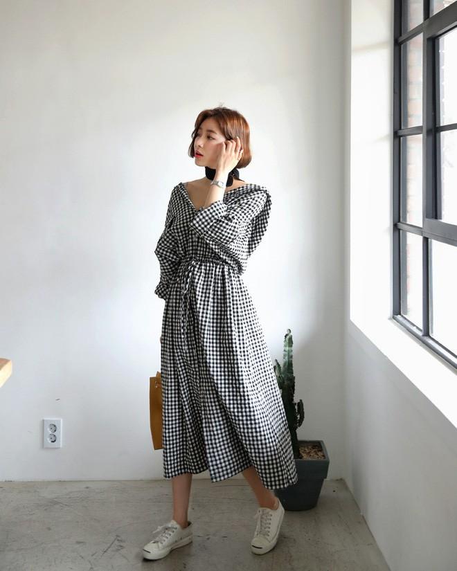 Trong loạt kiểu váy kẻ đang hot dịp đầu hè 2018, váy sơ mi vẫn là món đồ dễ mặc và luôn đẹp - Ảnh 13.