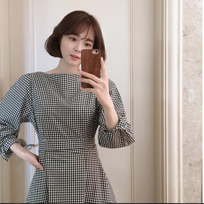 Trong loạt kiểu váy kẻ đang hot dịp đầu hè 2018, váy sơ mi vẫn là món đồ dễ mặc và luôn đẹp - Ảnh 8.
