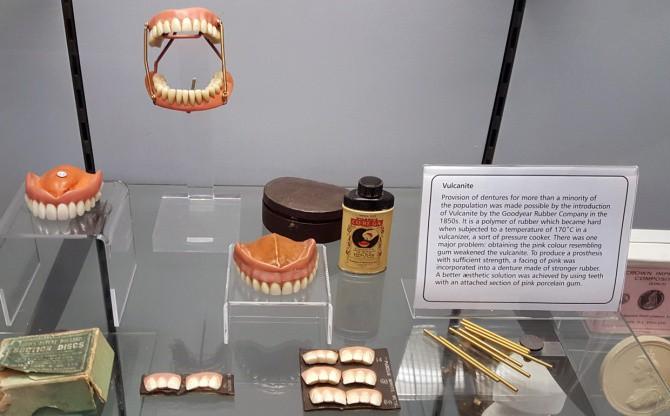 Nhổ răng bằng kìm, răng giả làm từ cao su... và sự thật bảo tàng nha khoa rùng rợn nhất nước Anh có gì? - Ảnh 10.