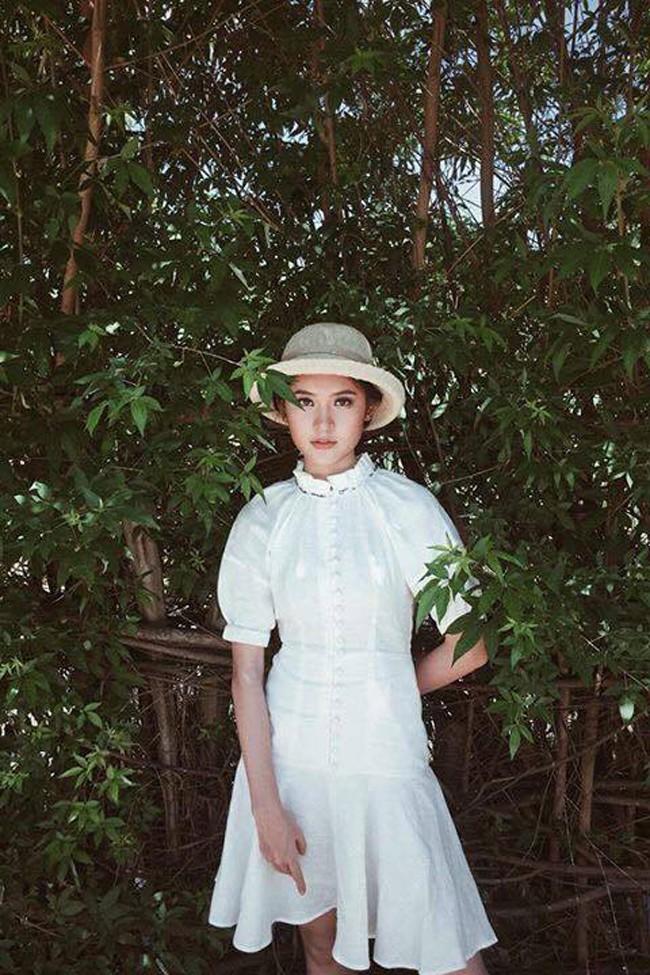 Thời đại của gái ngoan đã đến? 1 chiếc đầm trắng kín như bưng mà có đến 6 nàng chen nhau mặc! - Ảnh 7.