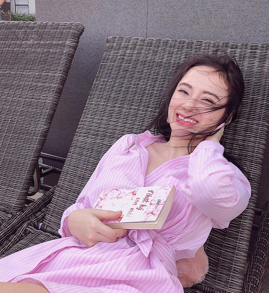 Bớt khoe thân và mặc váy gọn gàng lại thế này, Angela Phương Trinh có phải là xinh hơn nhiều không? - Ảnh 2.