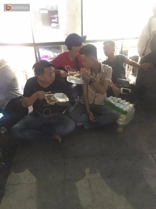 Ngao ngán cảnh vỏ túi nilon, chai nhựa... la liệt sau đêm xếp hàng canh mua giày Adidas của các bạn trẻ ở Sài Gòn - Ảnh 1.