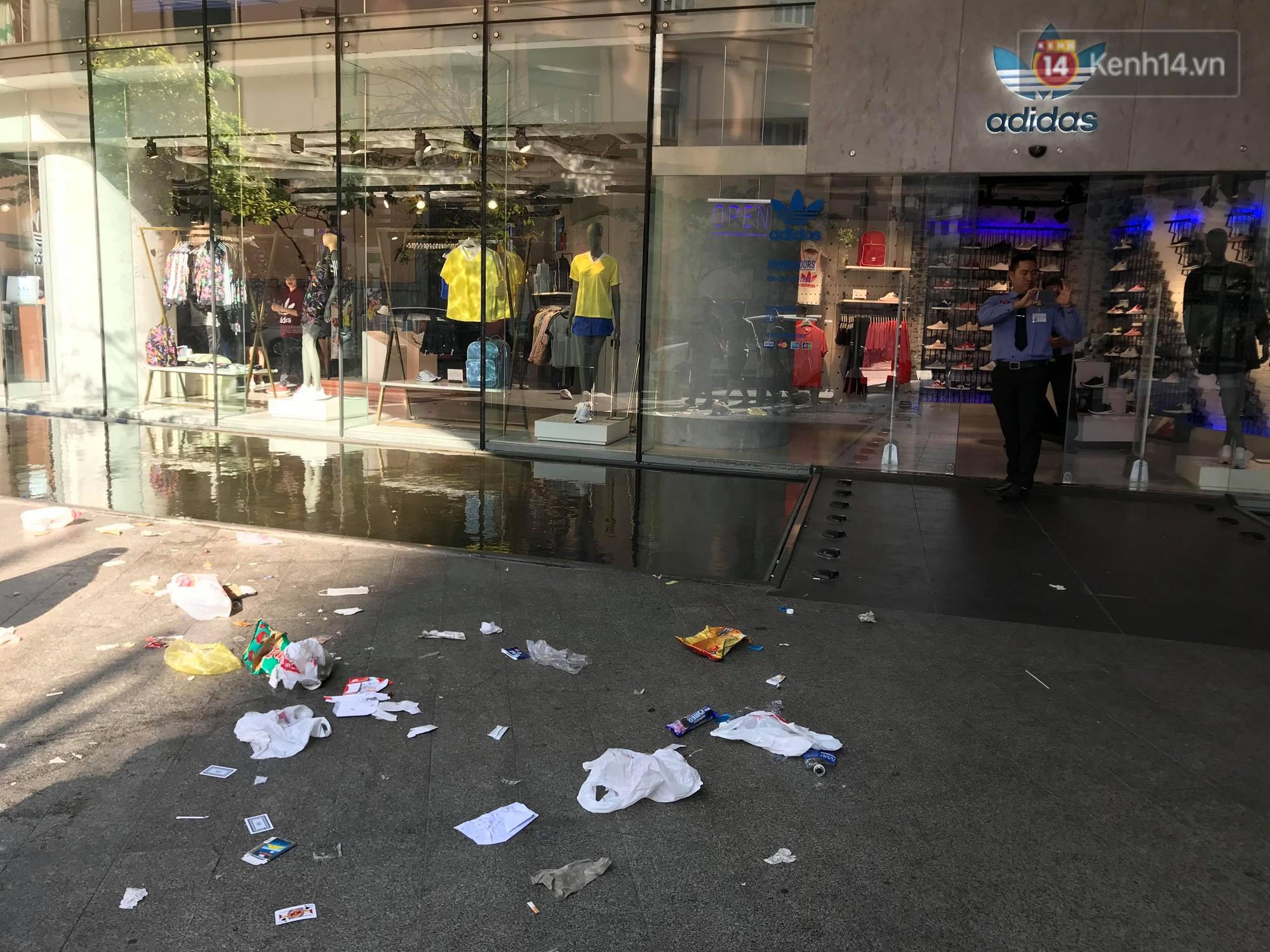 Ngao ngán cảnh vỏ túi nilon, chai nhựa... la liệt sau đêm xếp hàng canh mua giày Adidas của các bạn trẻ ở Sài Gòn - Ảnh 4.