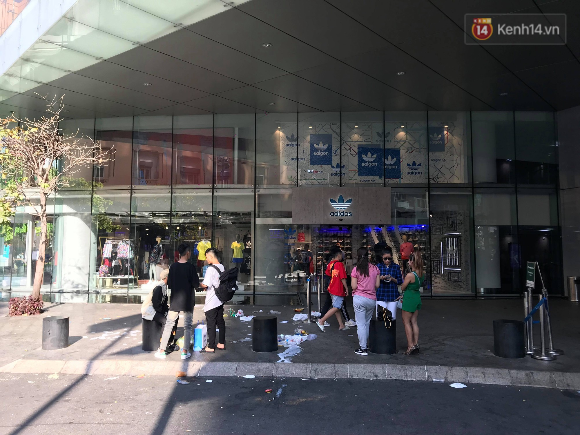 Sau khi cắm cọc qua đêm tại Bitexco để mua giày hiệu, dân tình hồn nhiên vứt đầy rác trước cửa hàng - Ảnh 2.