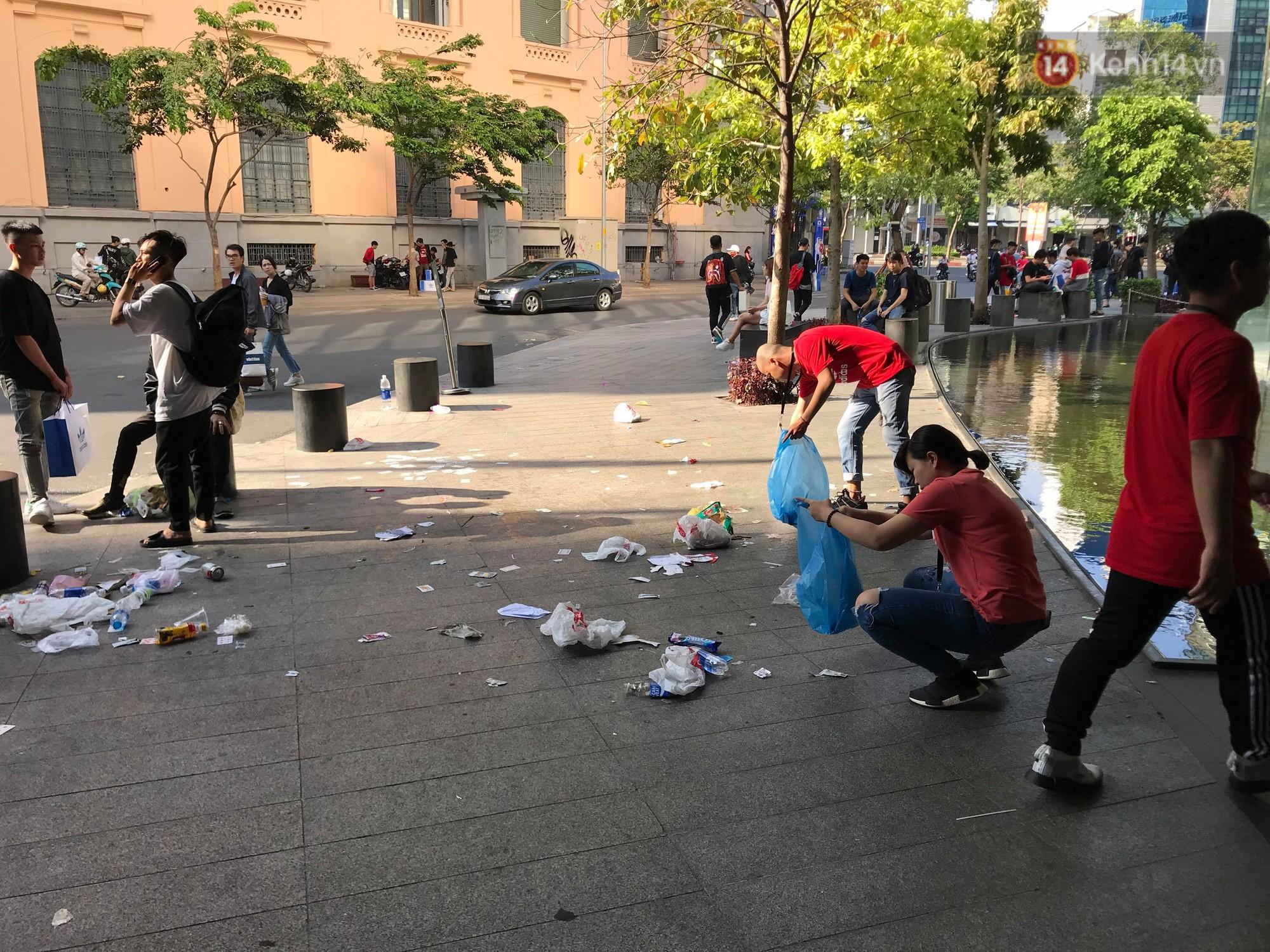 Ngao ngán cảnh vỏ túi nilon, chai nhựa... la liệt sau đêm xếp hàng canh mua giày Adidas của các bạn trẻ ở Sài Gòn - Ảnh 7.