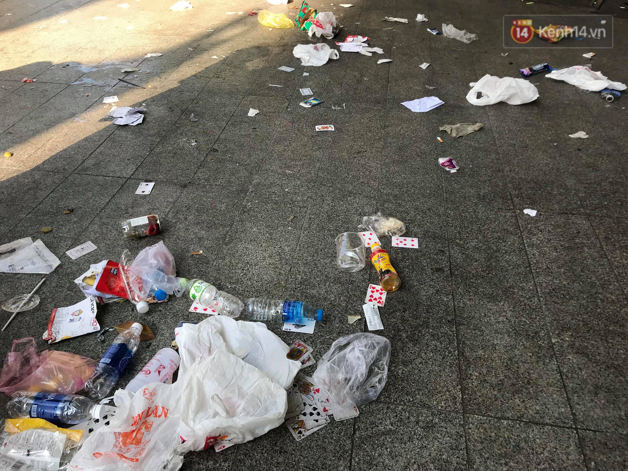 Ngao ngán cảnh vỏ túi nilon, chai nhựa... la liệt sau đêm xếp hàng canh mua giày Adidas của các bạn trẻ ở Sài Gòn - Ảnh 5.