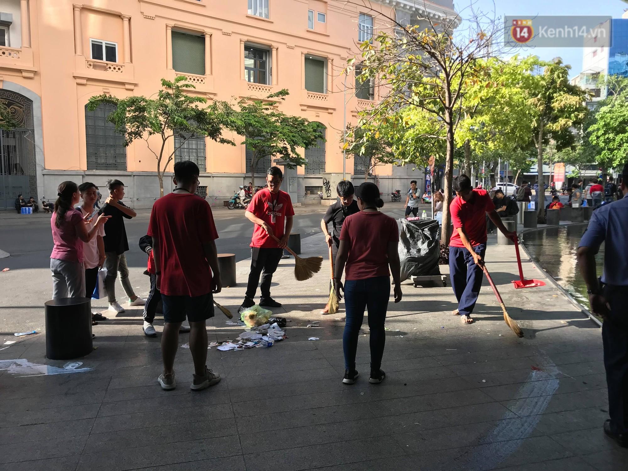 Ngao ngán cảnh vỏ túi nilon, chai nhựa... la liệt sau đêm xếp hàng canh mua giày Adidas của các bạn trẻ ở Sài Gòn - Ảnh 8.