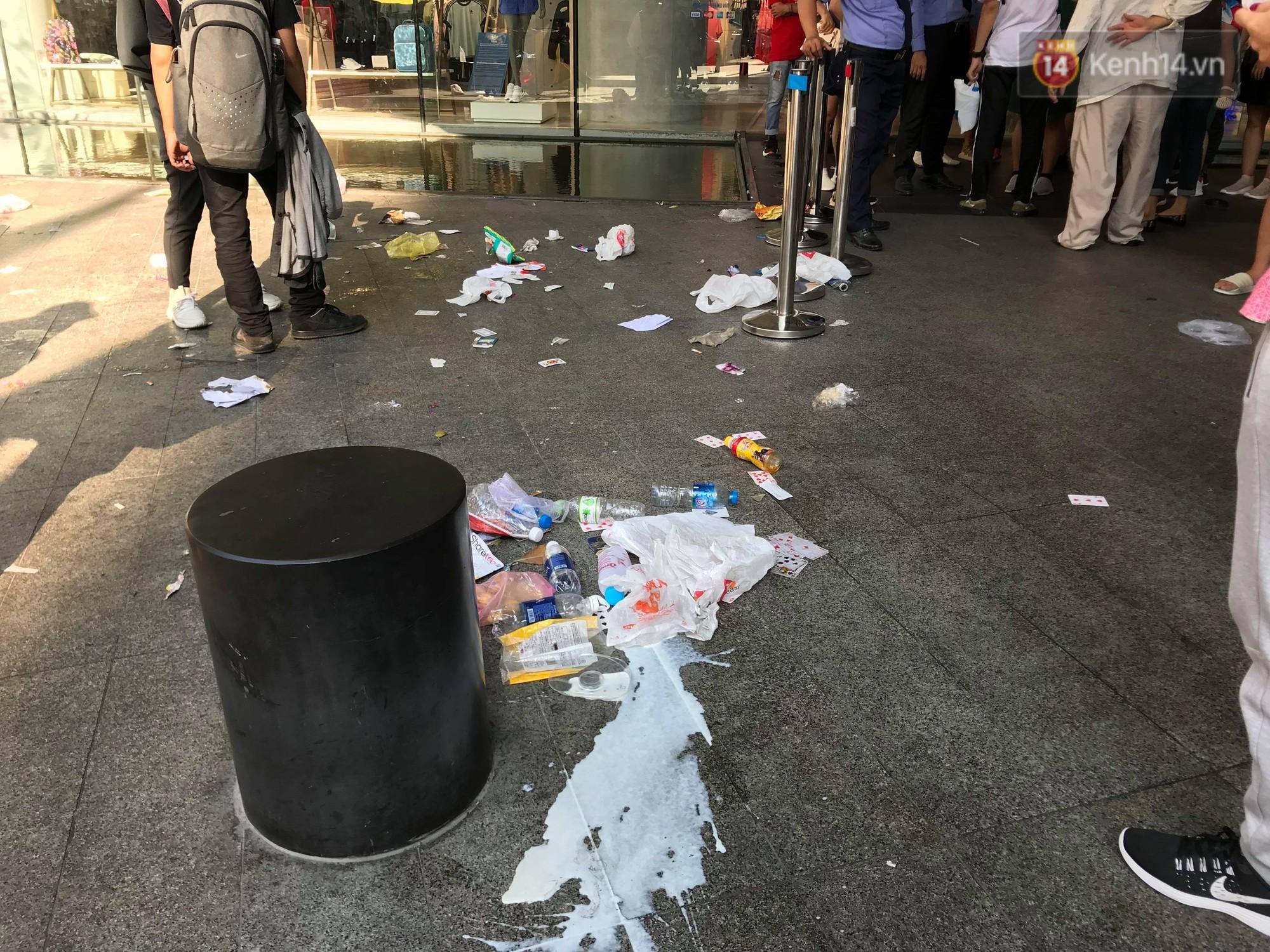 Ngao ngán cảnh vỏ túi nilon, chai nhựa... la liệt sau đêm xếp hàng canh mua giày Adidas của các bạn trẻ ở Sài Gòn - Ảnh 3.
