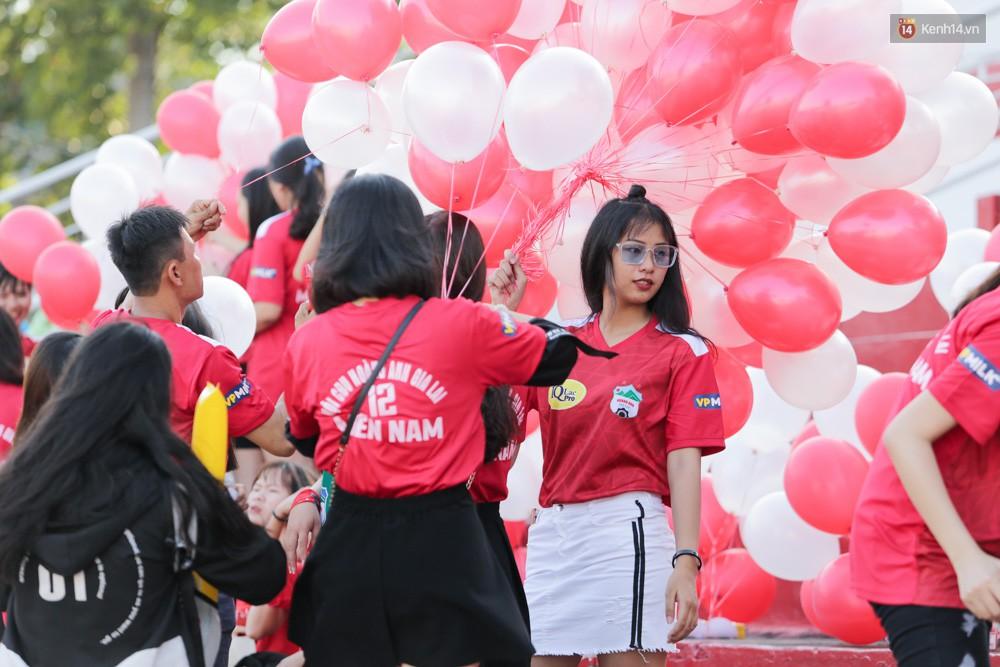 Fan nữ xé rào an ninh, chạy theo tặng quà Xuân Trường - Ảnh 9.