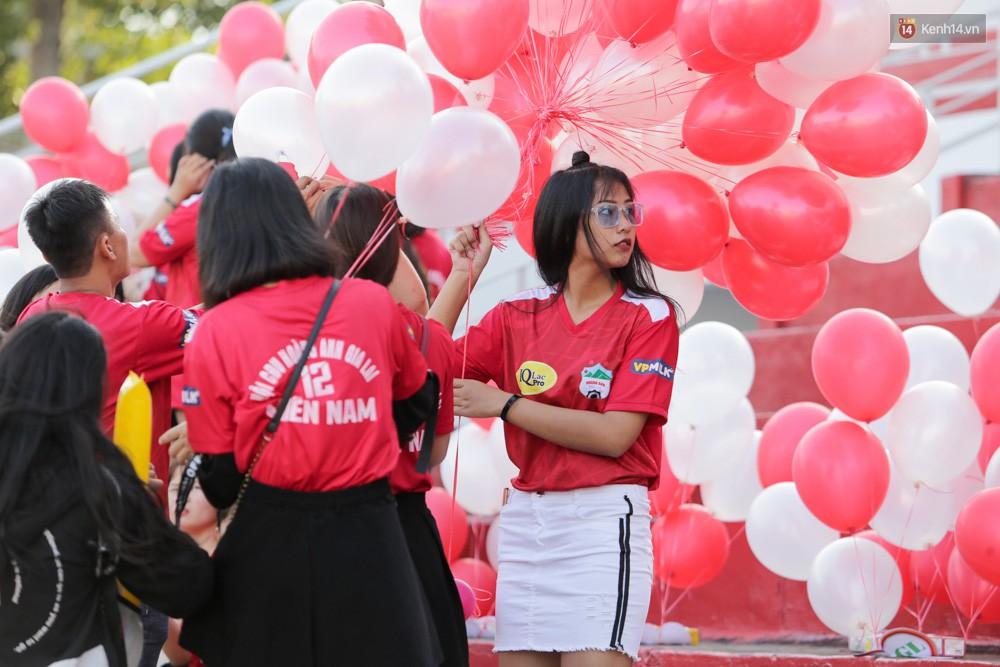 Fan nữ xé rào an ninh, chạy theo tặng quà Xuân Trường - Ảnh 10.