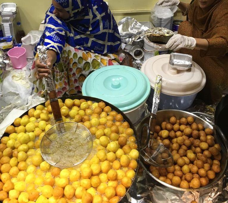 Ở Dubai giàu có, người ta vẫn mê mẩn món bánh rán đường phố siêu rẻ này - Ảnh 4.