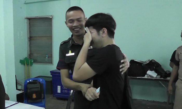 Chuyện tuyển quân kiểu kiếp đỏ đen ở Thái Lan: người suy sụp ngất xỉu, người quẩy banh nóc nhà - Ảnh 1.