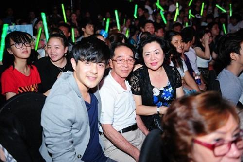 Đông Nhi rạng rỡ ăn tối cùng gia đình Ông Cao Thắng nhân dịp sinh nhật mẹ của bạn trai - Ảnh 5.