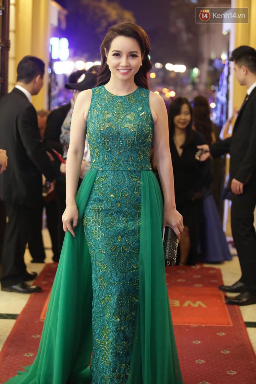 Nhã Phương khoe lưng trần gợi cảm cùng dàn sao Việt đổ bộ thảm đỏ Cánh diều vàng 2017 - Ảnh 8.
