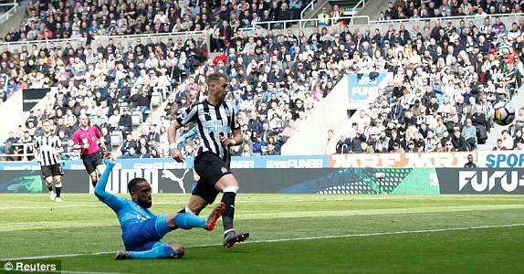 Hàng thủ hớ hênh, Arsenal thua ngược trước Newcastle - Ảnh 3.