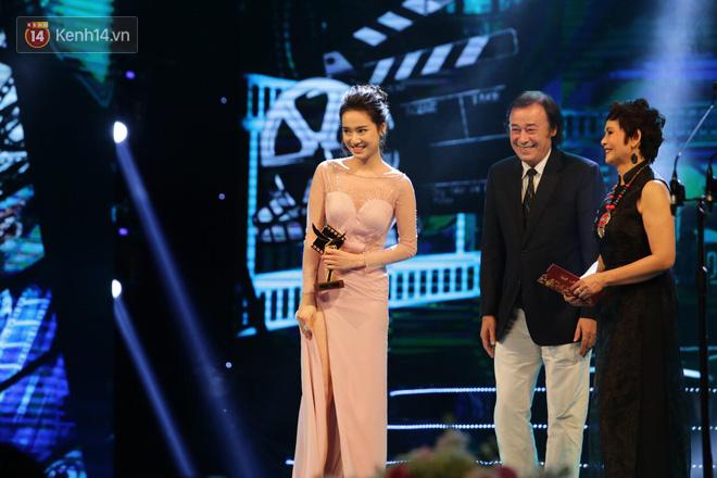 Nhã Phương bật khóc khi nhận giải Nữ chính xuất sắc tại Cánh Diều 2017 - Ảnh 1.