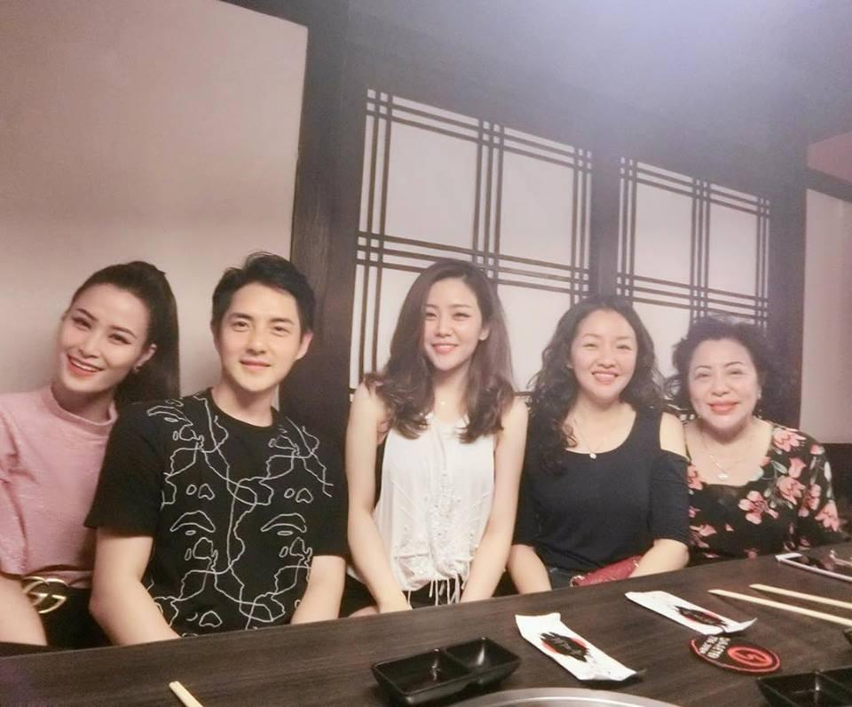Đông Nhi rạng rỡ ăn tối cùng gia đình Ông Cao Thắng nhân dịp sinh nhật mẹ của bạn trai - Ảnh 2.
