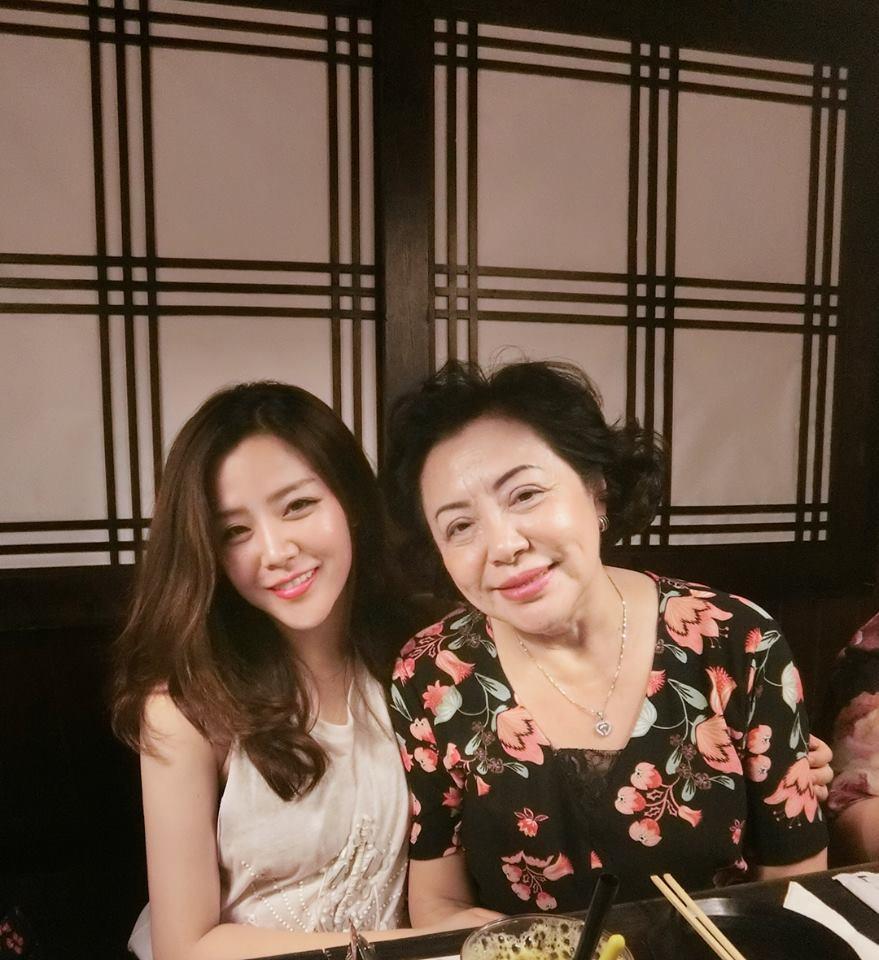 Đông Nhi rạng rỡ ăn tối cùng gia đình Ông Cao Thắng nhân dịp sinh nhật mẹ của bạn trai - Ảnh 3.