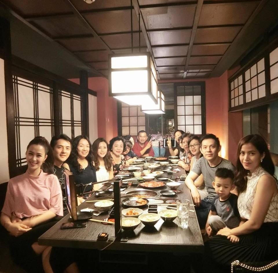 Đông Nhi rạng rỡ ăn tối cùng gia đình Ông Cao Thắng nhân dịp sinh nhật mẹ của bạn trai - Ảnh 1.